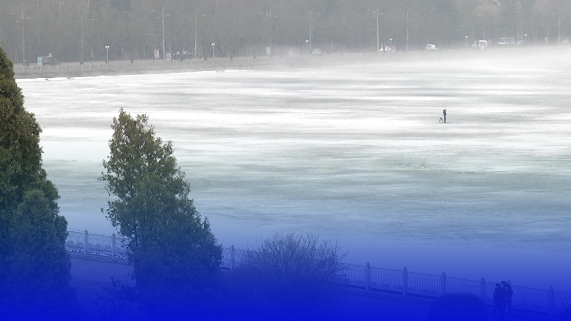 Тонкий лід – небезпечний! Але рибалки на Тернопільському озері на це не зважають