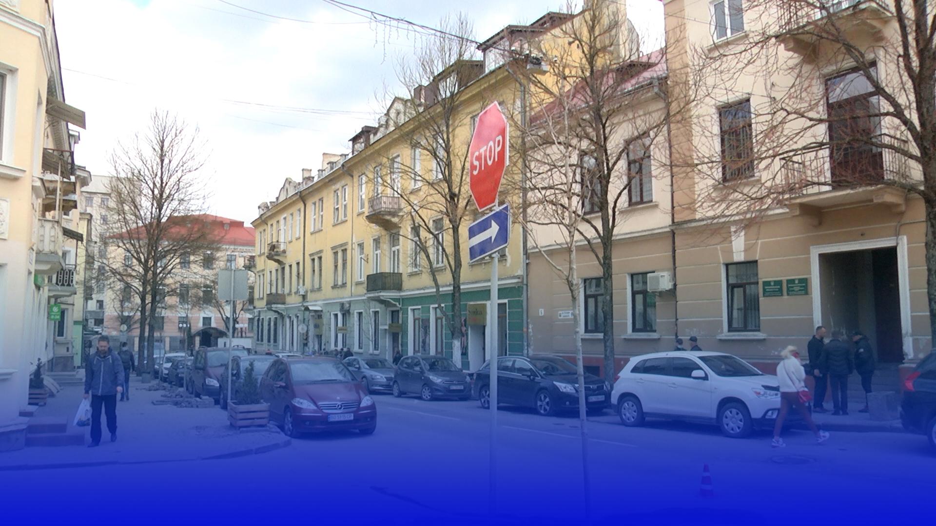 У центрі Тернополя висадили 42 червонолистих клена