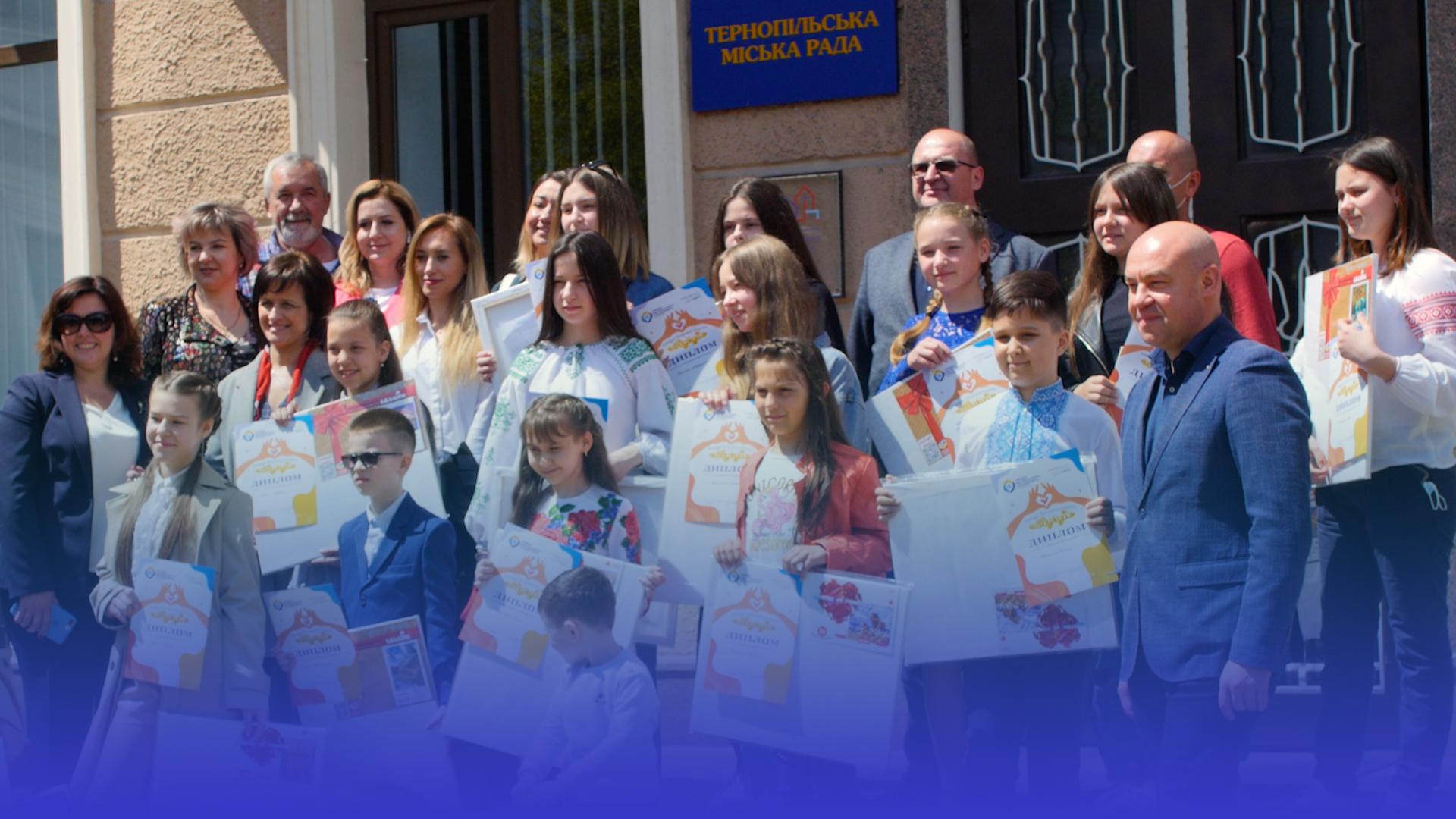 """Підтримали хворих діток: переможців конкурсу малюнків """"Одужуй"""" нагородили у Тернополі"""