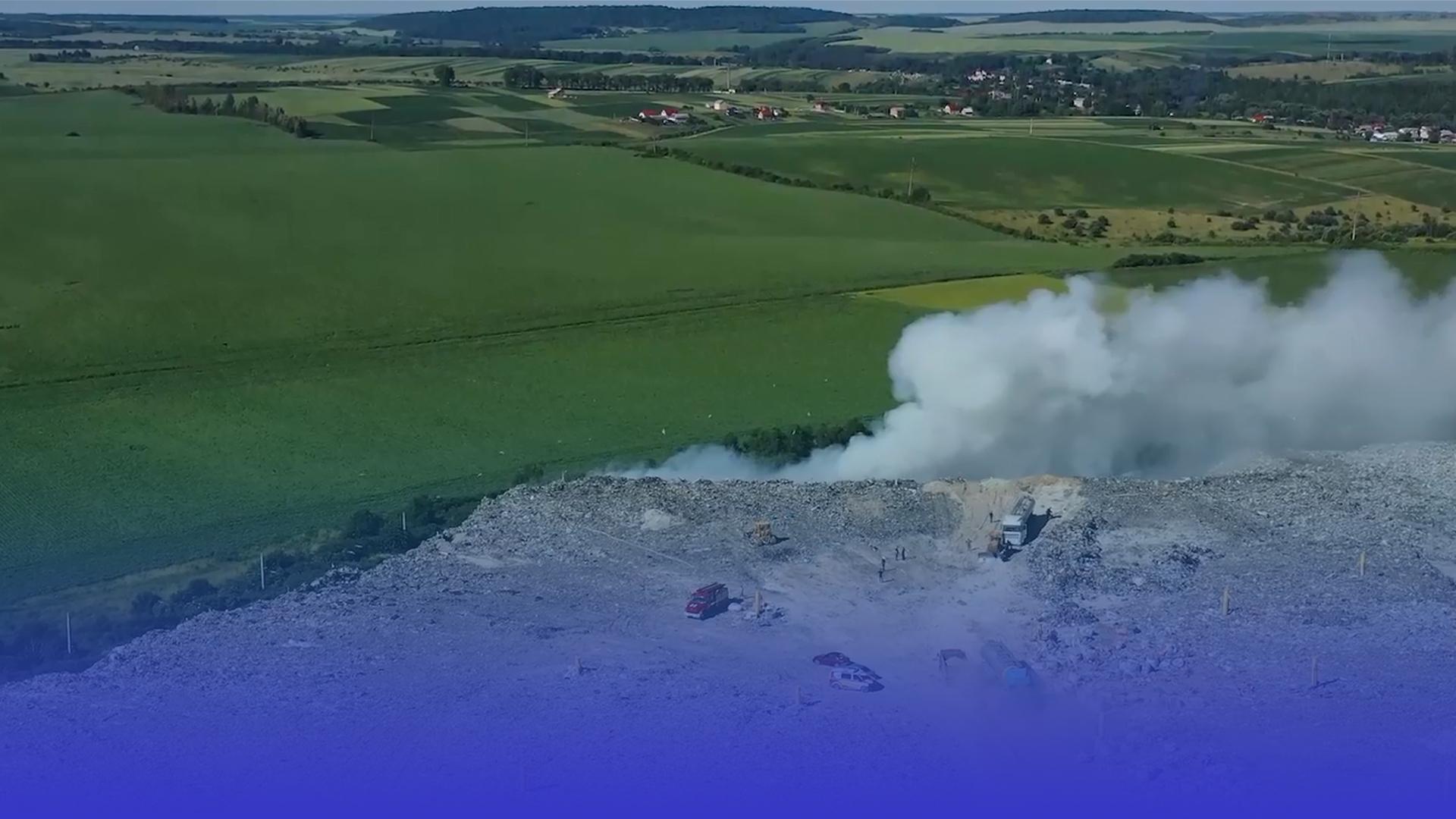 У Малашівцях вже другу добу гасять вогонь на сміттєзвалищі