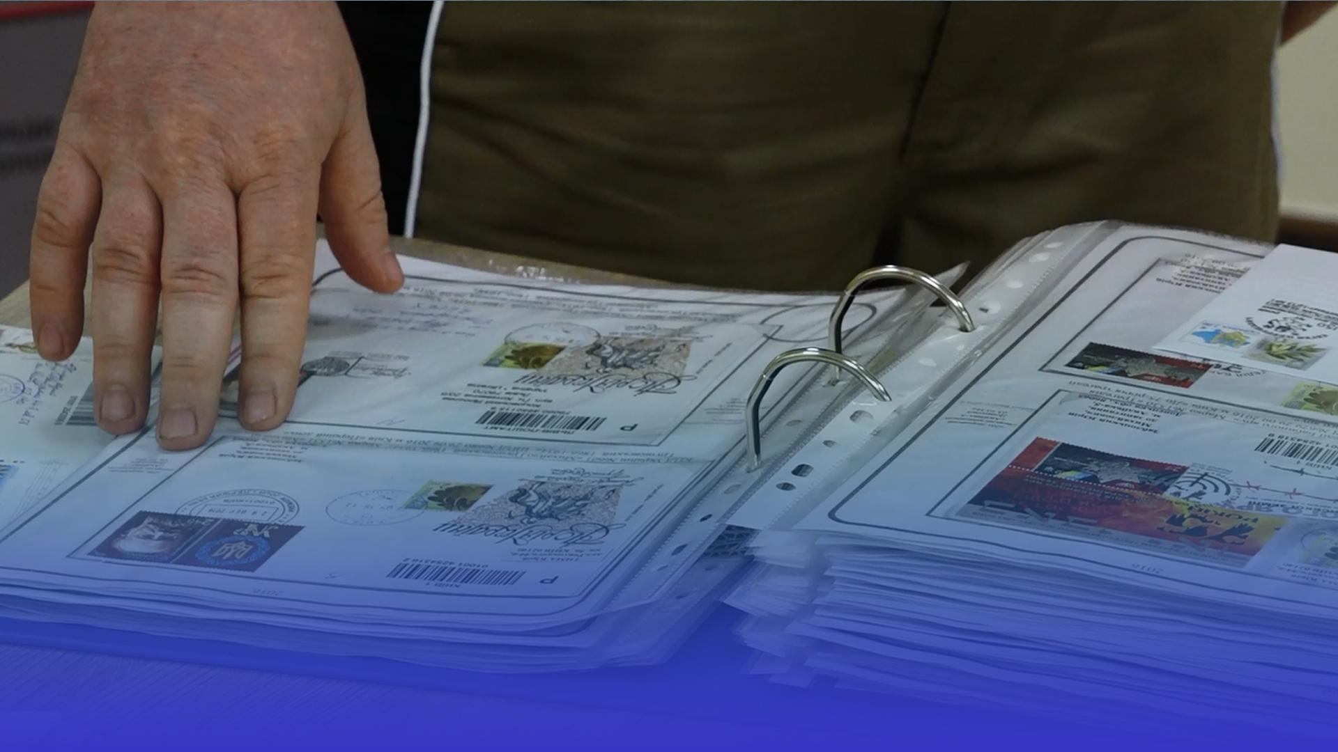 У колекції Юрія Заблоцького – понад сотня марок присвячені Дню Конституції