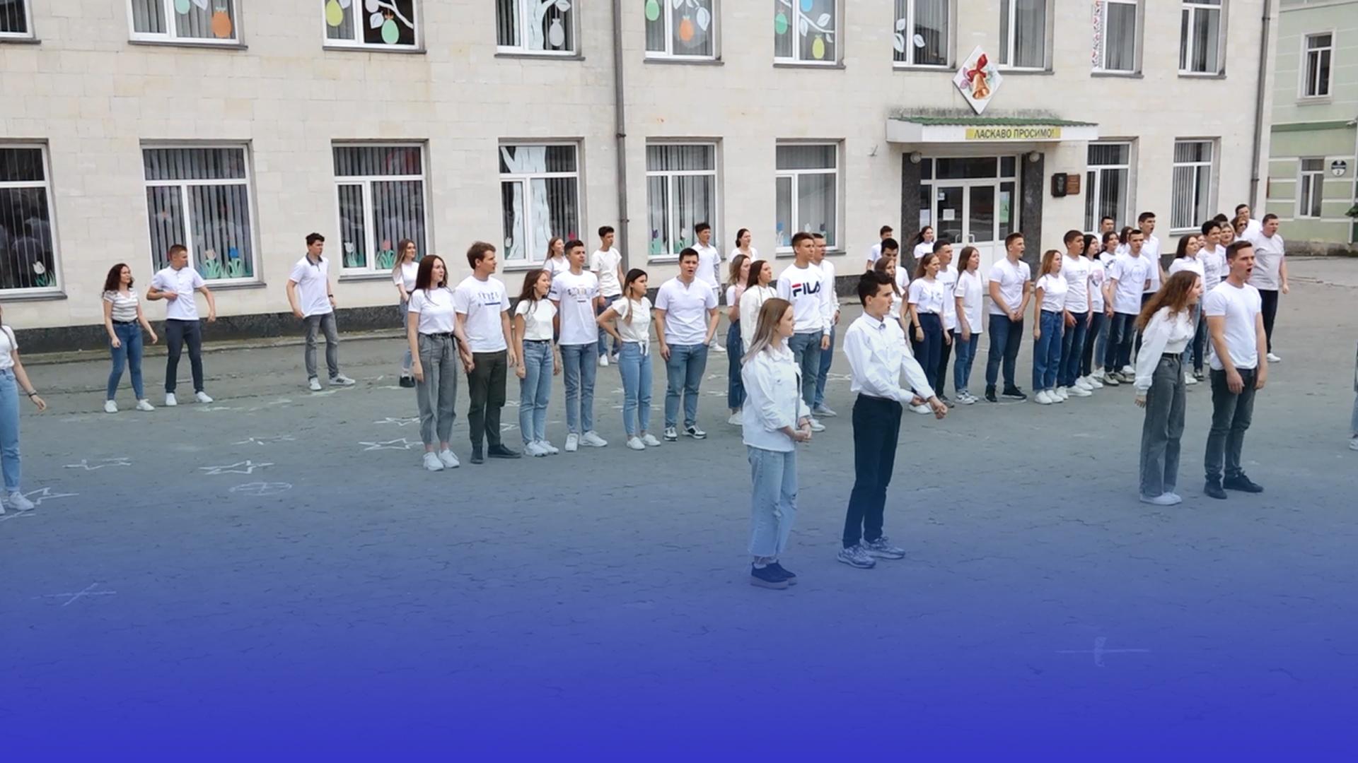 Станцювали вальс і зібрали кошти Марку Юрківу: борщівські випускники долучилися до благодійності