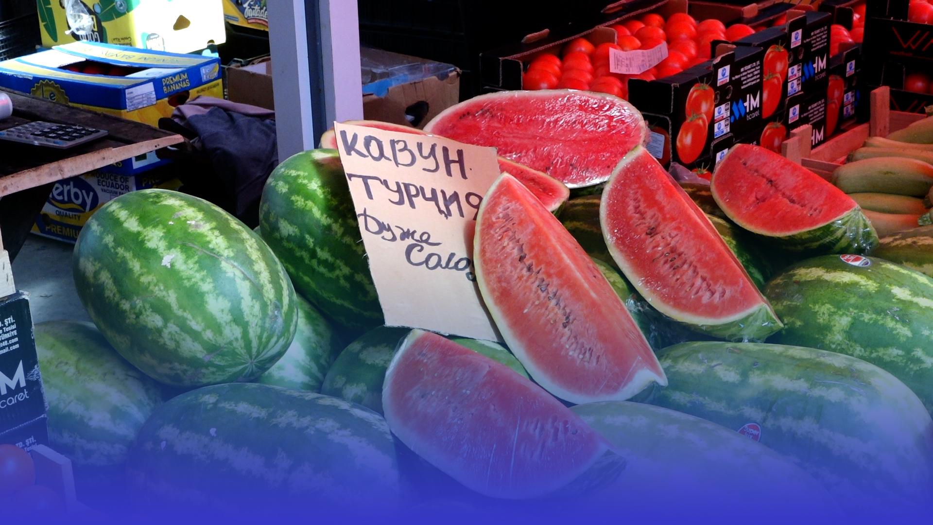 Кавуни та дині: які ціни на тернопільському ринку і чи безпечно їсти перший врожай