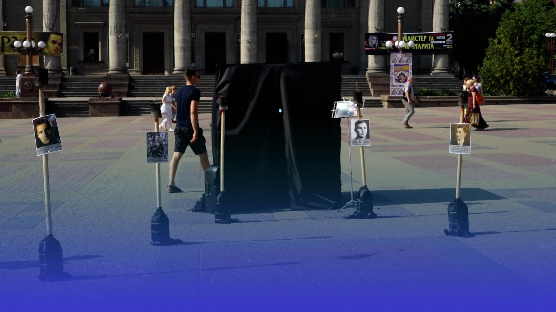 Тематична інсталяція на Театральній площі: у центрі Тернополя поставили чорний куб та запалили смолоскипи