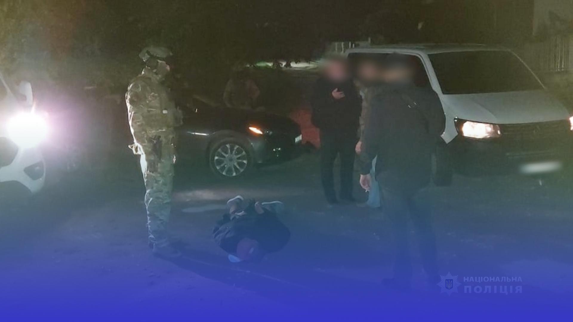 Затримали чоловікв, які у Тернополі вкрали авто, припарковане біля під'їзду