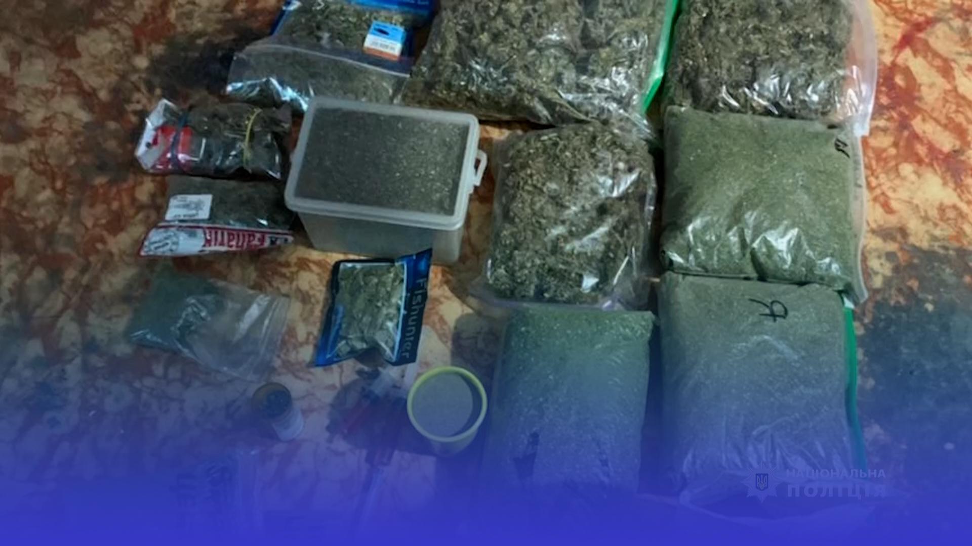 Пів кілограма наркотиків: у Чорткові виявили конопляну ферму