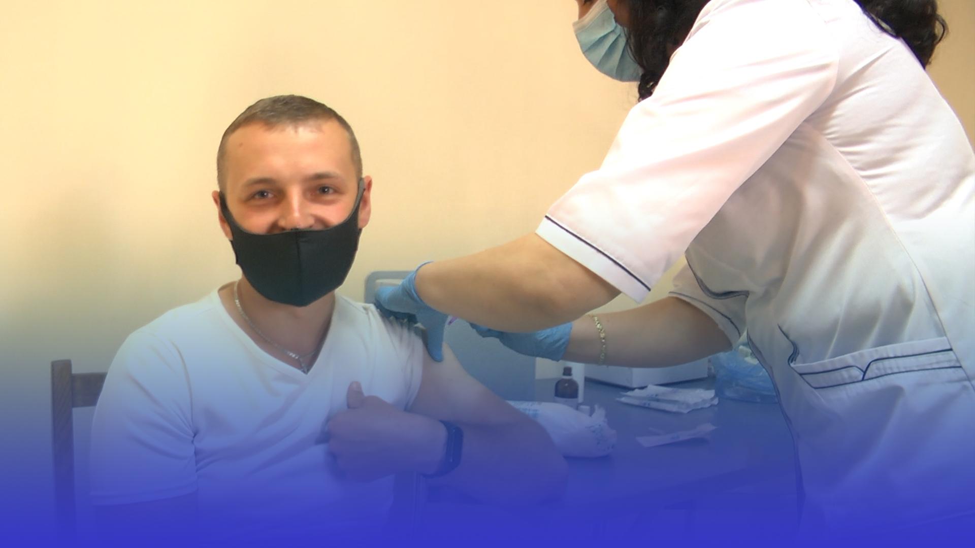 Жителі Тернопільщини отримують другу дозу вакцини від COVID-19