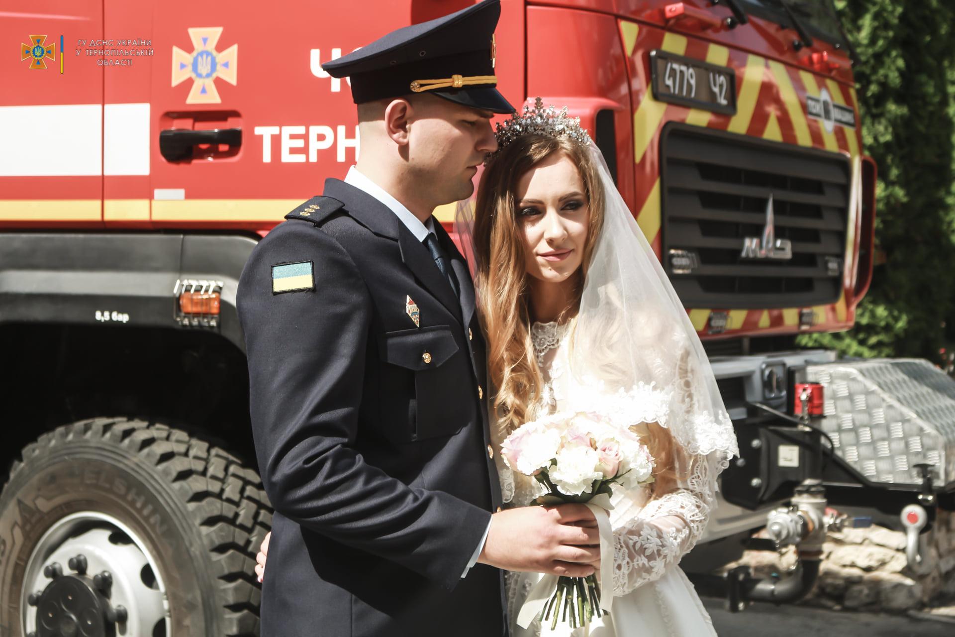 Пожежна машина, сирени та маячки: у Тернополі одружились рятувальники