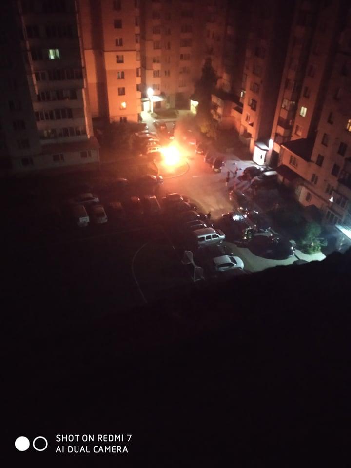 Можливий підпал авто на Київській у Тернополі розслідують у поліції