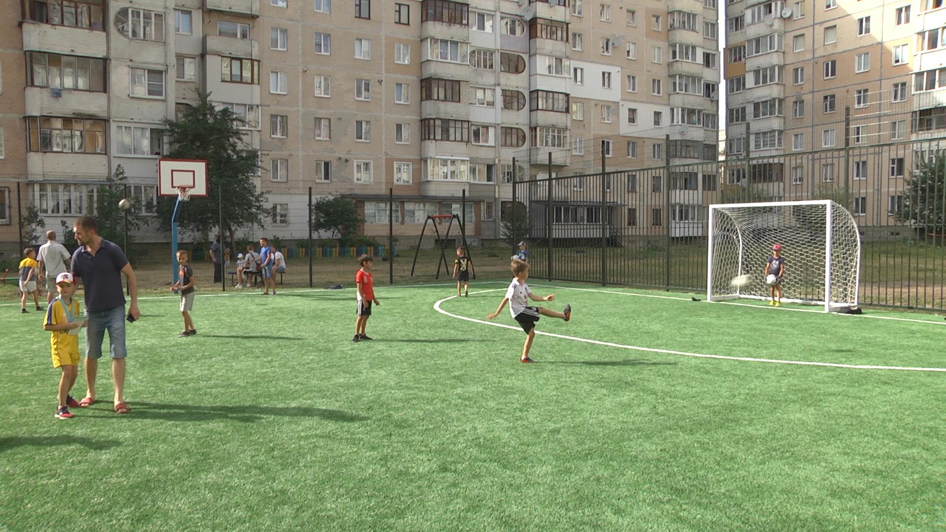 Спорт для дітей і дорослих: універсальний спортивний майданчик відкрили на вул. Київська