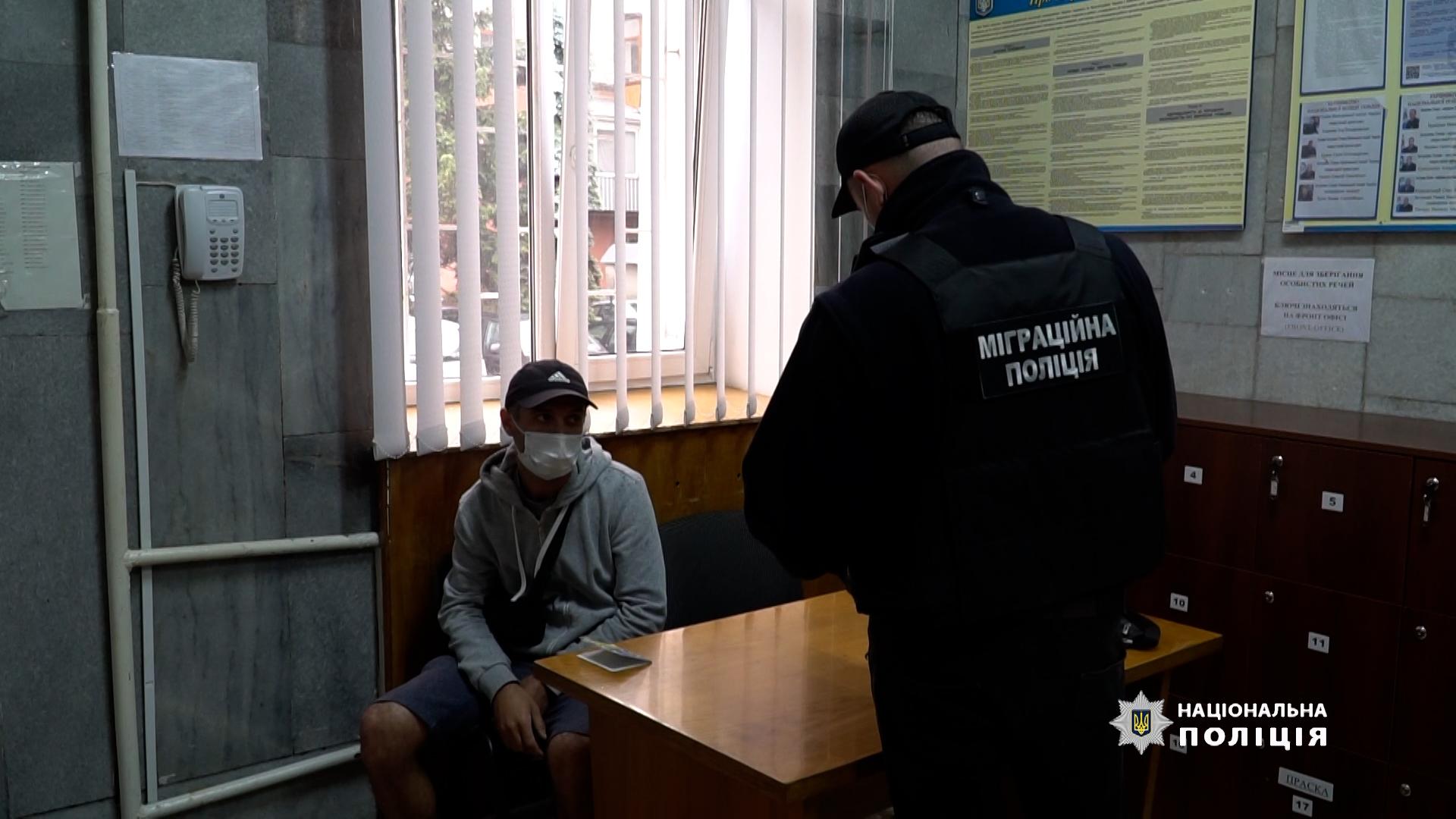 Міграційники Тернопільщини виявили іноземця з підробленими документами