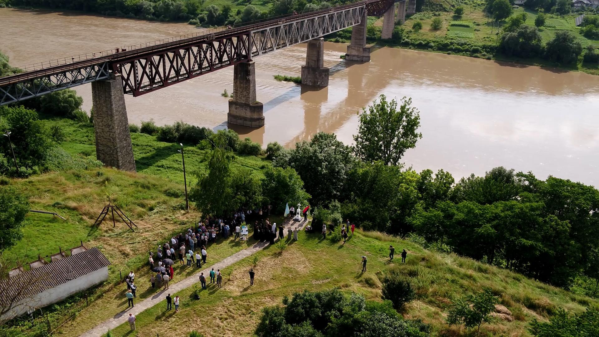 Пам'ять жертв Заліщицької трагедії вшанували біля залізничного моста на межі Тернопільщини та Чернівеччини