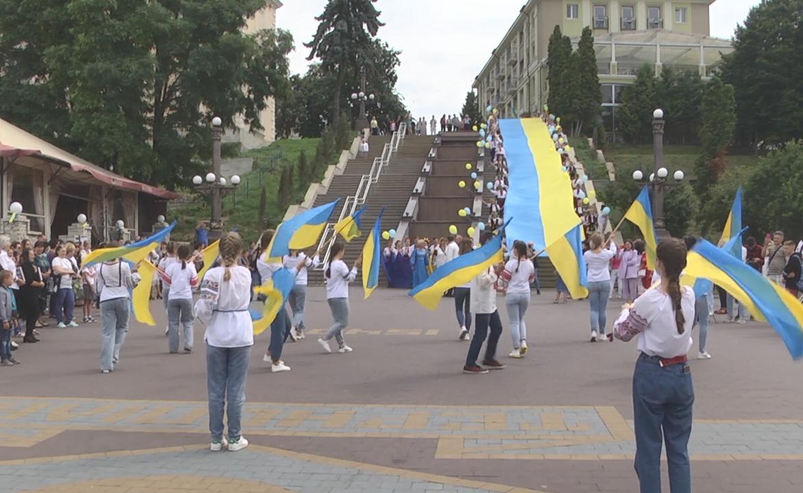 У Тернополі біля ставу розгорнули 35-метровий український стяг