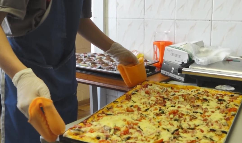 """У благодійному фонді """"Карітас"""" діти готували для потребуючих"""