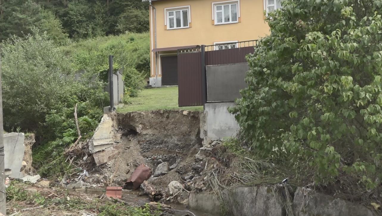 """""""Велика вода"""" знесла міст до помешкання добровольця з Тернопільщини"""
