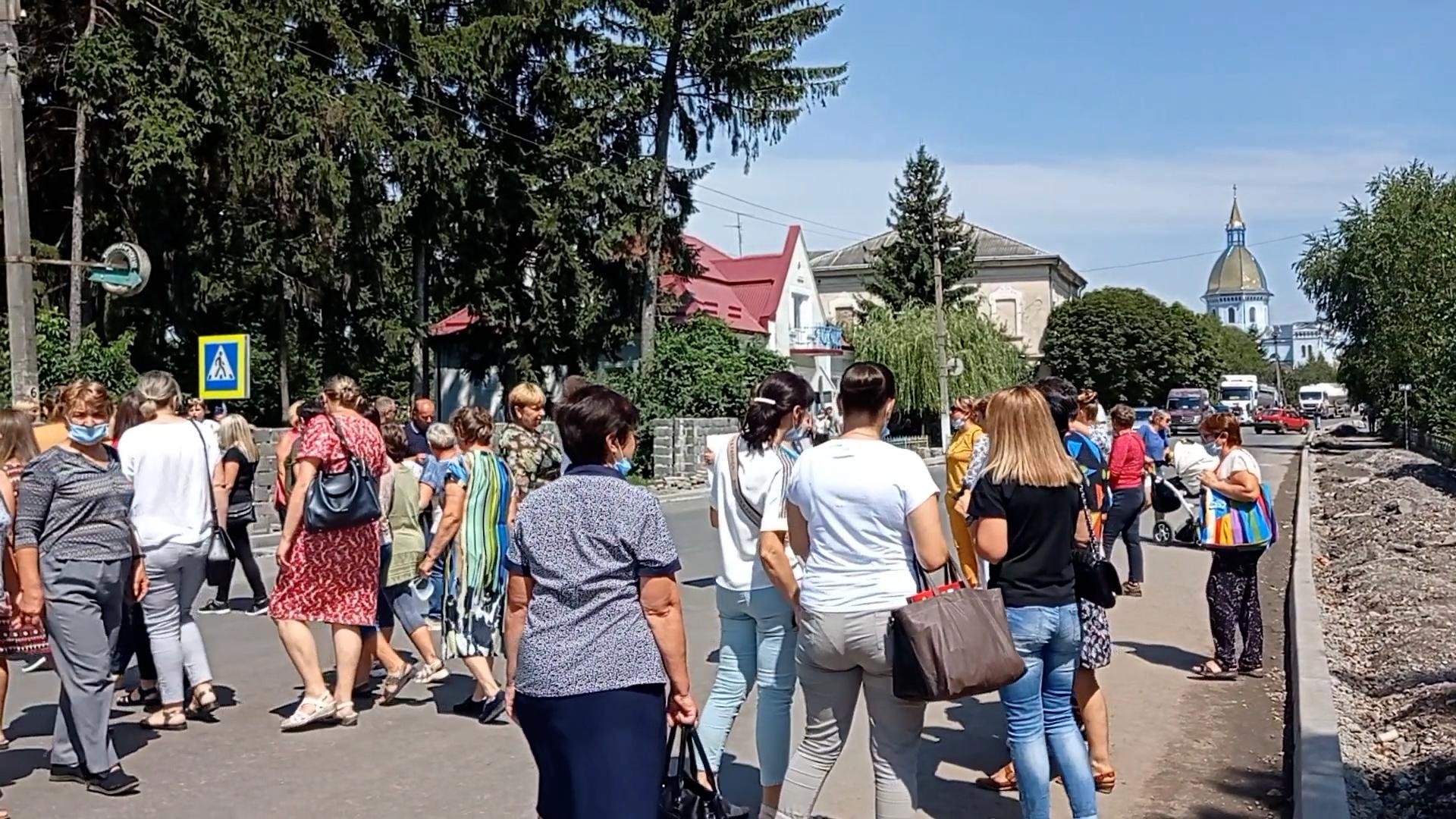 """Набридло мовчати"": у Монастириськах медики вийшли на протест"
