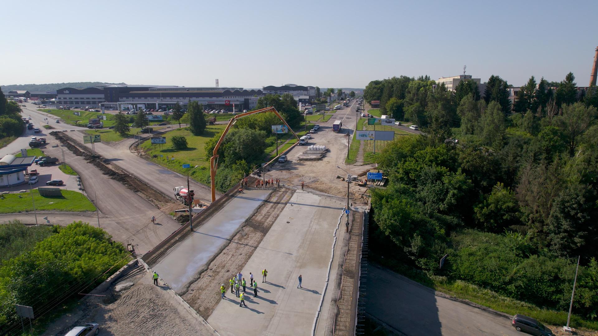 """Проїзд мостом на """"Ватрівській розв'язці"""" обіцяють відкрити до вересня"""