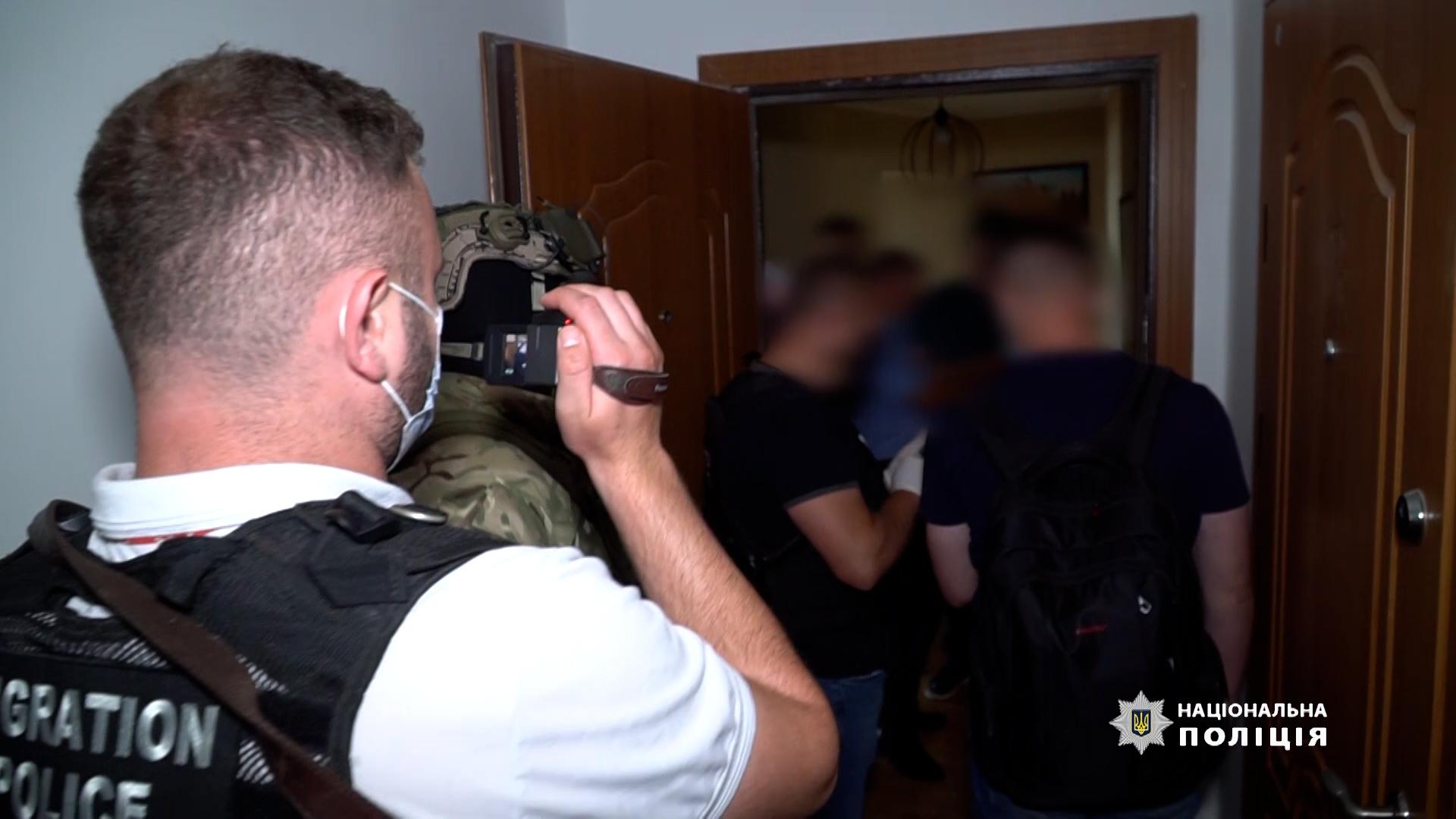 На Тернопільщині поліцейські викрили шахраїв, які обдурили майже 200 осіб, обіцяючи роботу за кордоном
