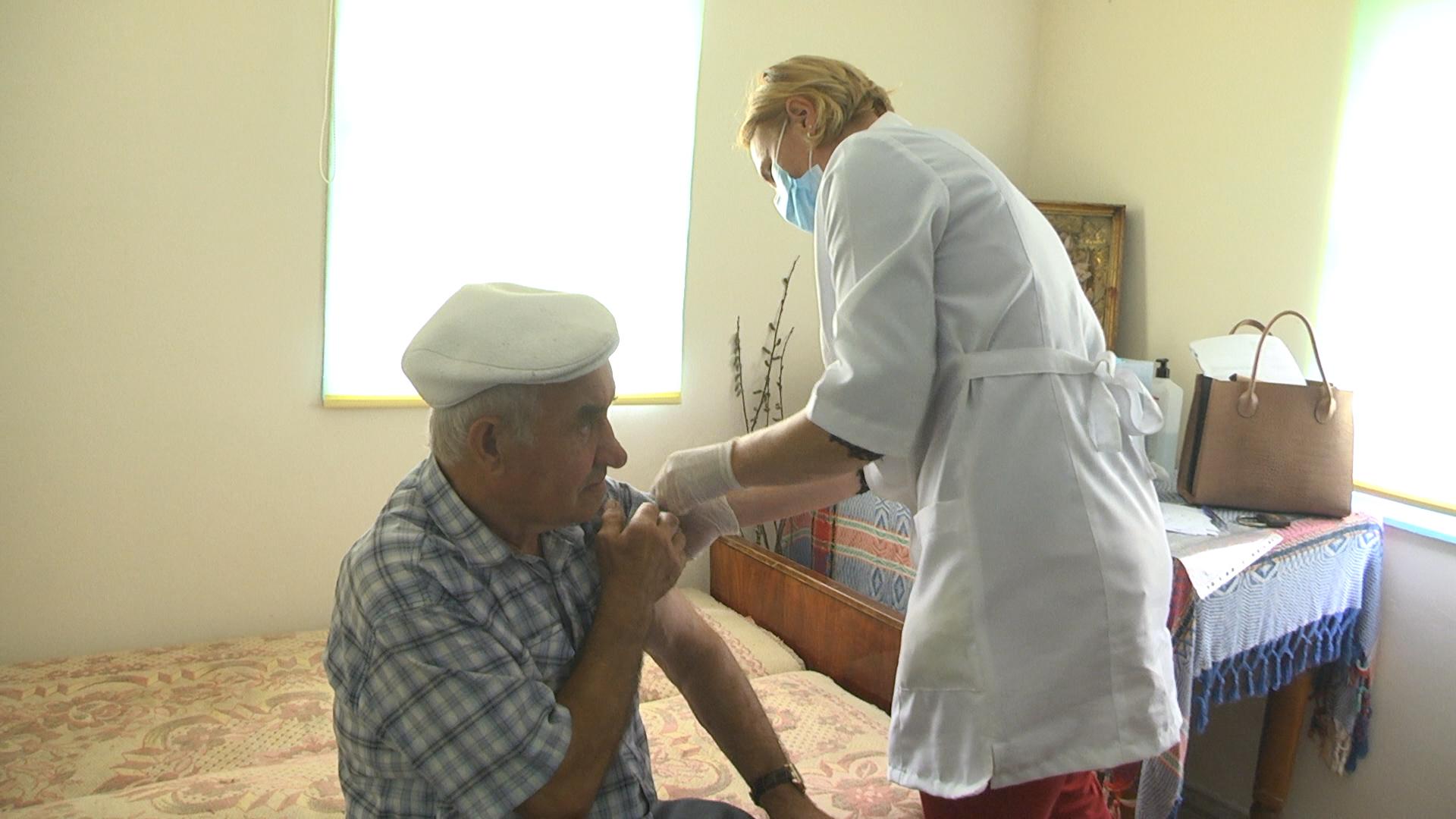 Як на Тернопільщині працюють мобільні бригади, що вакцинують населення