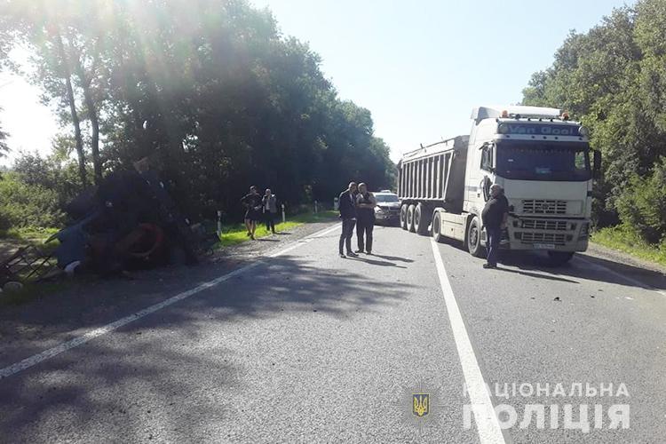 На Тернопільщині в автопригоді перекинувся трактор
