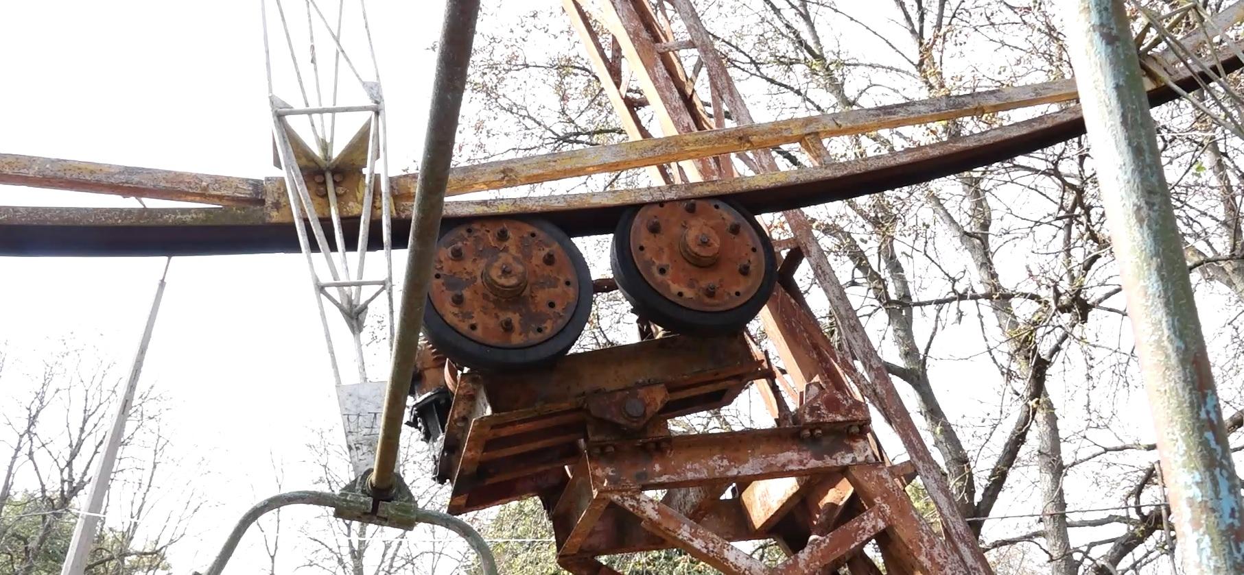Непрацюючі та іржаві: хто занедбав атракціони у центральному парку Кременеця