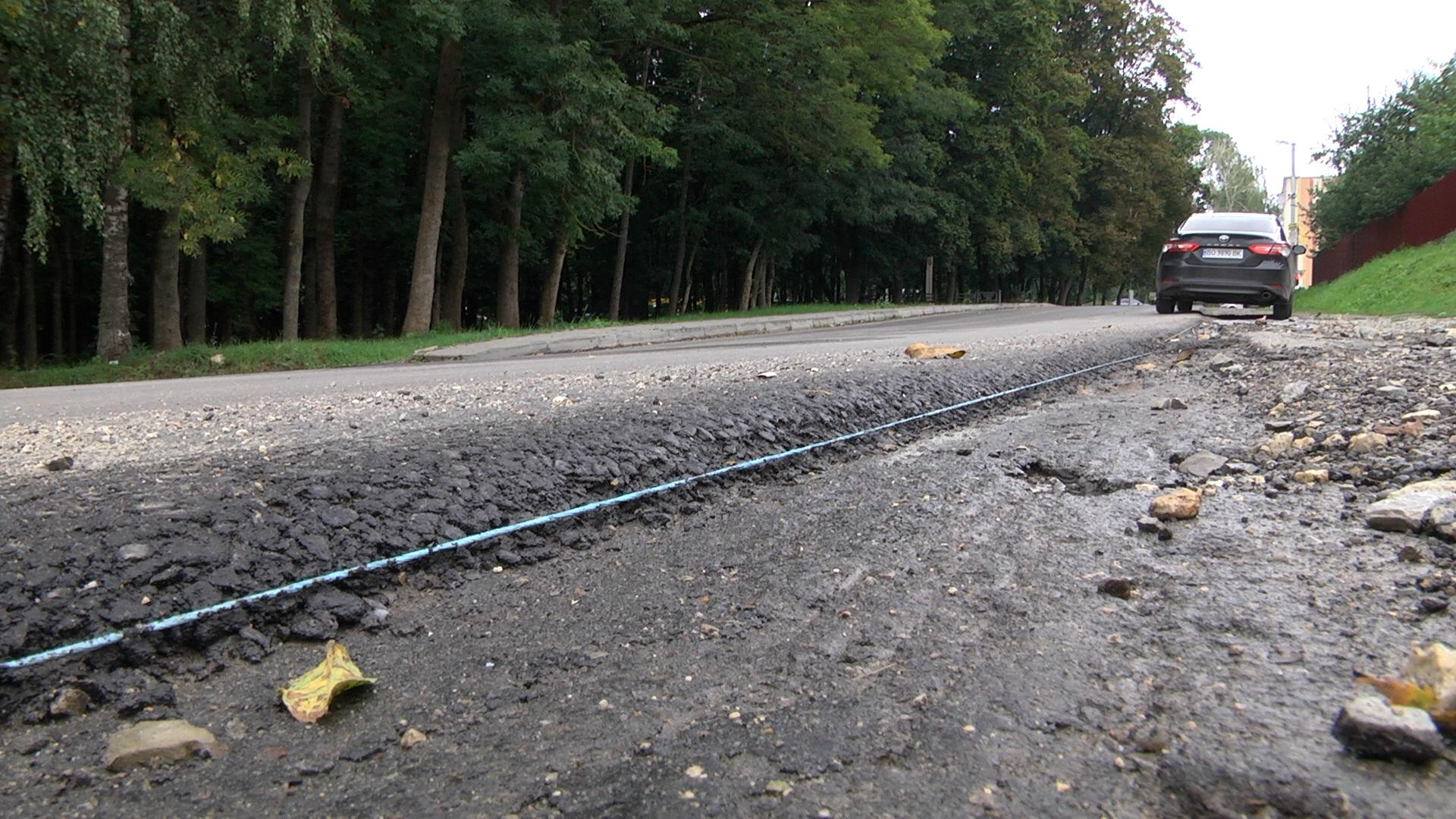 Жителі приміського села Петриків сумніваються в якості відремонтованої дороги