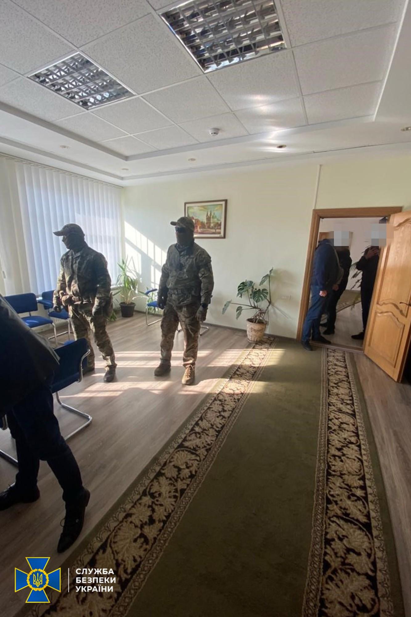 Високопосадовці Тернопільської митниці заробляли мільйони на контрабанді тютюну