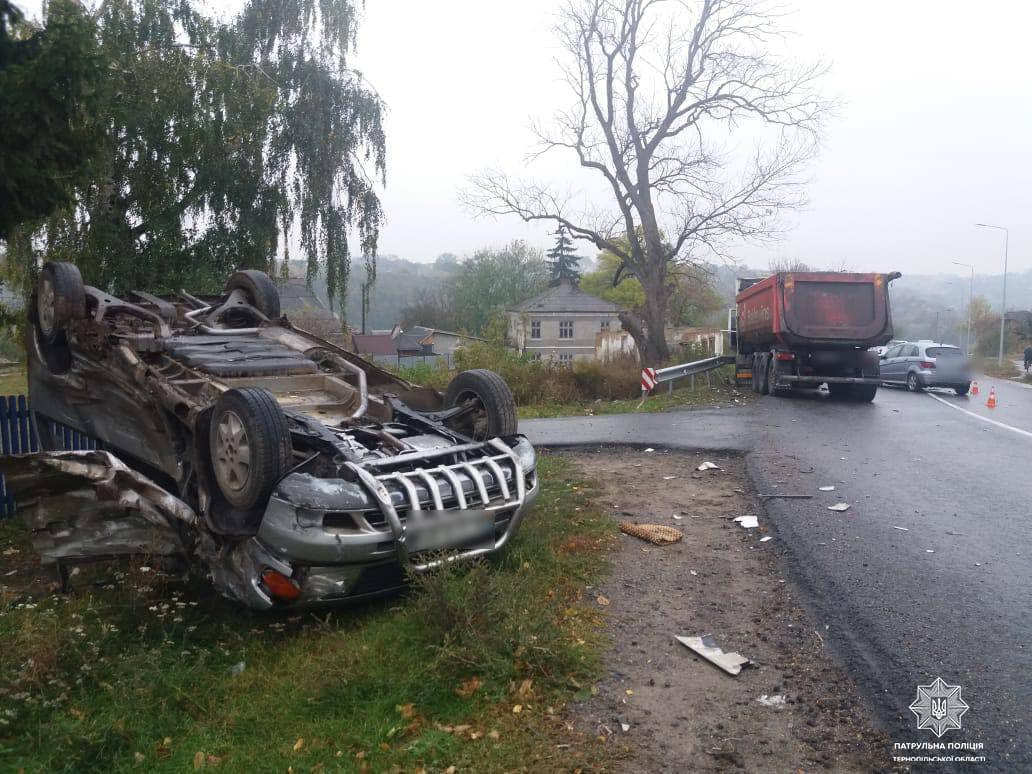 Автівка перекинулася та вилетіла на узбіччя: патрульні повідомили про автопригоду на Тернопільщині
