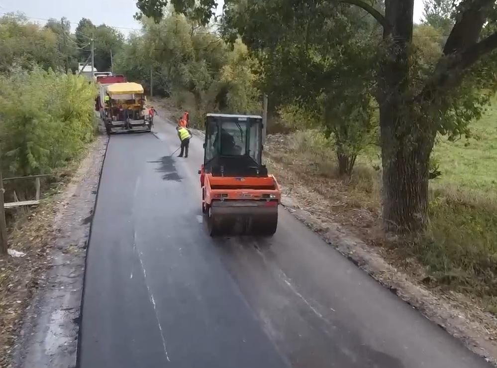 По ямах не проїжджали маршрутки: на Тернопільщині відремонтували занедбану дорогу