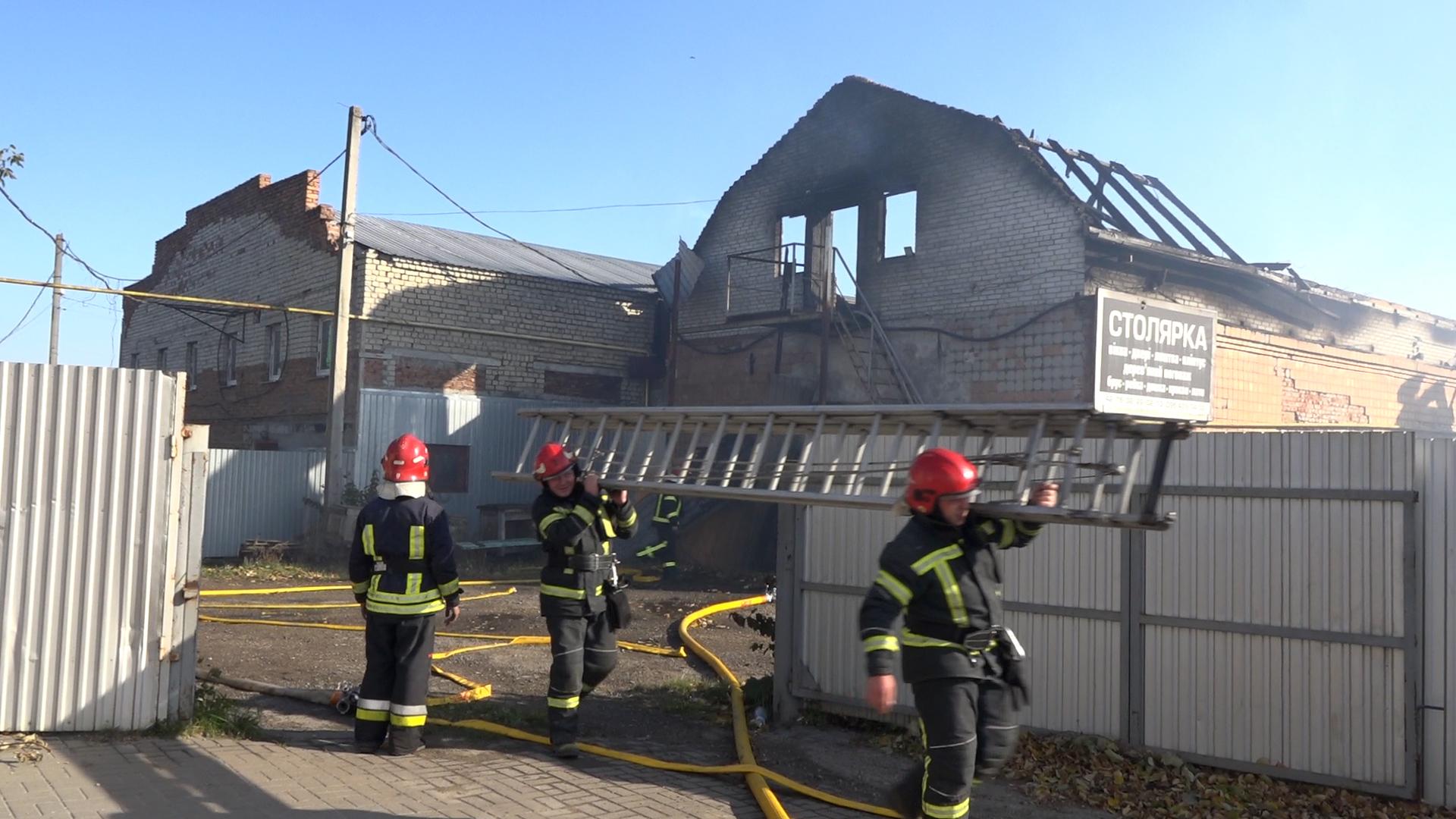 Дах знищений повністю: вогнеборці гасили столярний цех у Тернополі