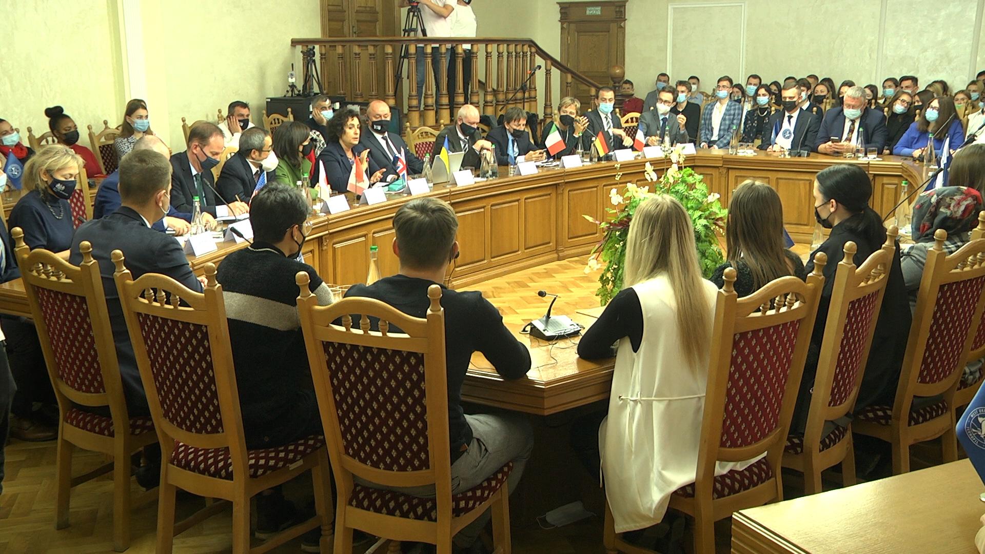 Студенти та викладачі ЗУНУ зустрілися з представниками країн «Великої сімки»